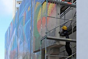 Die Handwerker hängten die Betonplatten über Gewindehülsen, Gewindestangen und Stahlwinkel am Stahlbetontragwerk ein