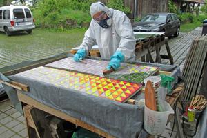 """Der auf den Mosaikplatten klebende Filz wurde mit einem """"Chemiecocktail"""" abgenommen"""