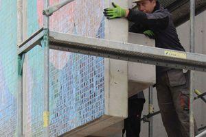 Dank Gewindehülsen und Gewindestangen konnten die Rohbauer die Fugenmaße zwischen den Betonplatten exakt einstellen