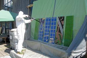 Die Oberfläche der Glasmosaikplatten wird mit heißem Wasser gründlich gereinigt<br />