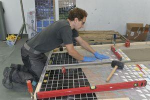 Anschließend wurden die so vorbereiteten Mosaikplatten auf die Betonträgerplatten geklebt<br />