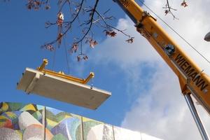 Am Kran hängend schwebten die Betonplatten zum Montageort