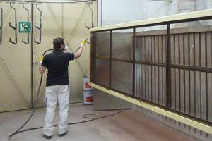 """Oben: Für den Langzeitschutz wurden die Holzfenster mit """"Induline Premium-Coatings"""" im Spritzverfahren beschichtet"""