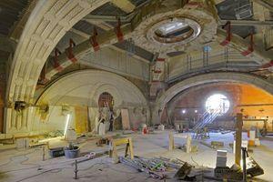 Der Majolikaring wird an der Kuppel des Vestibüls von einem massiven Betonring gehalten