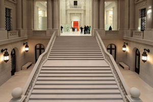 In der Staatsbibliothek Berlin sanierten die Mitarbeiter der Firma K. Rogge Spezialbau in der Treppenhalle und im anschließenden Vestibül rund 5000 m<sup>2</sup> Steinputzoberflächen