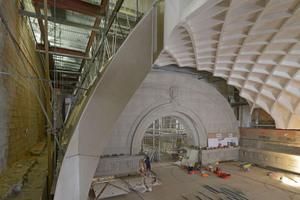 Das Tonnengewölbe der Treppenhalle montierten die Handwerker aus Trockenbaufertigteilen aus Gips