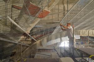 Im Vestibül führten die Stuckateure die neue Kuppel als Rabitzkonstruktion in traditioneller Handwerks-technik aus