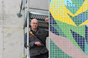 Thomas Wieckhorst, Chefredakteur der bauhandwerk, bei der Montage des Wandmosaiks von Josep Renau Ende Oktober vergangenen Jahres in Erfurt<br />