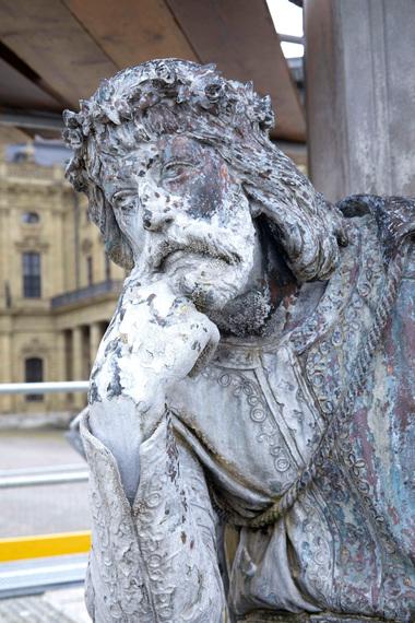 Bronzefigur mit Kalkablagerungen vor...