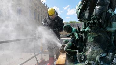 Reinigung der Bronzefiguren mit Höchstdrucktechnik