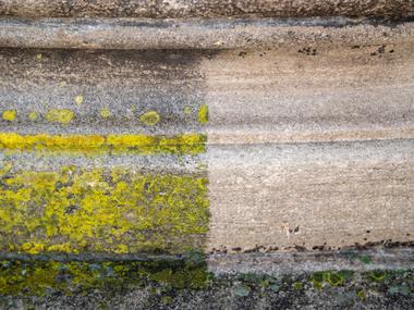 Kalksteinelemente wurden mittels Heißwasser-Hochdruckreiniger von Moos und Flechten befreit