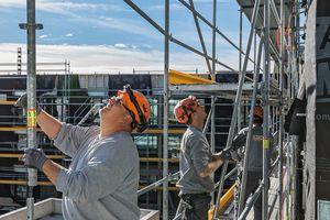 Um eine erfolgreiche Präventionskultur dauerhaft im Baustellenalltag und hier auf dem Gerüst zu implementieren, gibt es inzwischen viele Ansätze
