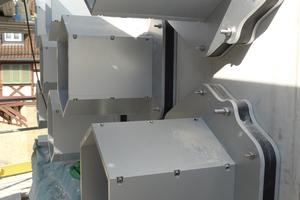Links: Stahlzylinder sind für die kleinen sechseckigen Fenster im Obergeschoss in der Betonwand montiert