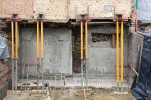 Rechts: Das Fachwerkhaus steht auf vier Doppel-T-Trägern. Die Sprieße unter den Kopfenden der Träger dienen nur als Notsicherung