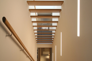 Blick in die Treppenkonstruktion vom Obergeschoss aus ins Erdgeschoss<br />