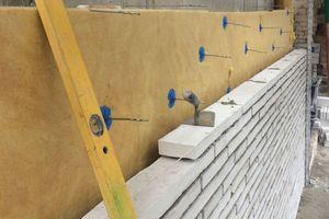"""Die Außenschale mauerten die Handwerker mit weißen Ziegelsteinen – den bereits für das Kolumba Museum in Köln verwendeten """"Kolumba-Steinen""""<br />Fotos: Tobias Mayer Museum"""