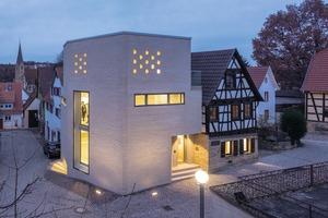 Mit dem turmartigen Anbau von Webler + Geissler Architekten wurde aus dem kleinen Fachwerkhaus vor zwei Jahren ein Museum, in dem man das Werk und Leben des Wissenschaftlers Tobias Mayer angemessen präsentieren kann<br />Fotos: Sebastian Mayer / Erco