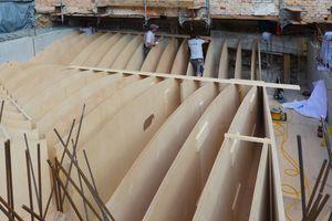 Rechts: Montage der mit der CNC-Fräse gefertigten Spanten für die Deckenschalung
