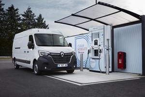 """Rechts: … und die des """"Renault Master Z.E. Hydrogen"""" auf 350 km<br />Fotos: Renault"""