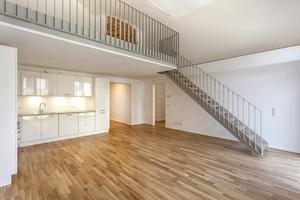 In dieser Wohnung wurde eine Galerieebene eingezogen, auf der Bögen und von Putz gerahmte Ziegelflächen sichbar sind<br />Fotos: Tom Züfle / CG Gruppe