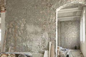 """Die Ziegelwände wurden zunächst mit dem Zement-Maschinen-Vorspritzmörtel und """"Zementputz MZ 4"""" von quick-mix belegt und anschließend mit """"Tri-O-Therm M"""" verputzt<br />Fotos: Uwe Hallas / CG Gruppe"""