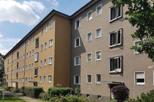Eines der Wohngebäude des Berliner Septimer Viertels vor Beginn der Sanierungsarbeiten (links) und danach (rechts)
