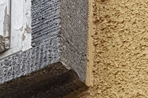 Rechts: Der an den Betonfensterrahmen konisch herangeführte Dämmputz im Detail<br />Fotos: cerabran