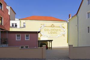 Bis zur Wende war der 1880 erbaute Goldene Löwe ein gefragtes Hotel. Nun sind im Vorderhaus ein Heim für betreutes Wohnen und ein Drogeriemarkt untergebracht. Das Rückgebäude wurde zur Veranstaltungsstätte umgebaut