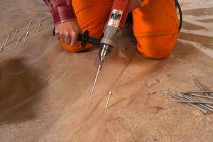 Auf der Schalungsoberfläche wird eine volltransparente Folie als Trenn -und Schutzschicht des Frischbetons zu den Holzbalken wannenförmig ausgelegt und erst dann die Schubverbinder im richtigen Neigungswinkel an den vorher markierten Positionen eingeschraubt