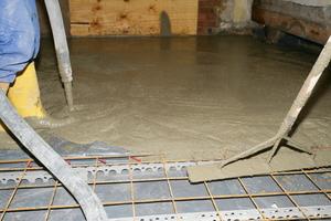 Flächen, in denen Leitungen oder Kanäle verlaufen, werden beim Betonieren ausgespart