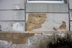 Schäden im Putz an einer Außenmauer infolge von starker Salz- und FeuchtigkeitsbelastungFotos: MC-Bauchemie