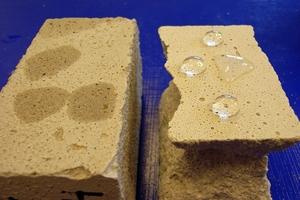 Putzprismen im Vergleich: Der Sanierputz (rechts) ist im Vergleich zum Feuchtregulierungsputz (links) hydrophob eingestellt