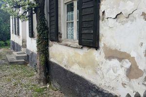 Abplatzungen und Risse infolge von starker Salz- und Feuchtigkeitsbelastung an einem Haus in Murnau am Staffelsee