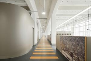 Die Nebenräume passen sich mit ihren runden Ecken harmonisch in die fast 100 m lange Werkstatt ein