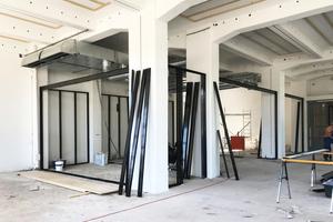 In der Kantine dübelten die Handwerker zur Befestigung der Holzwolle-Akustikplatten Dachlatten an die Decke; für die Einbauten in Trockenbauweise verwendeten sie Metallprofile<br />Fotos (3): Protektor
