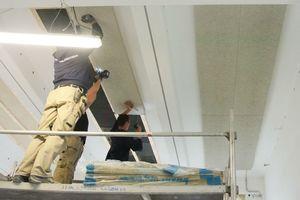 An die Unterkonstruktion schraubten die Handwerker die Holzwolle-Akustikplatten