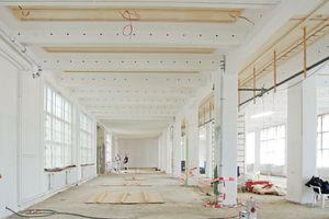 Im Goerzwerk in Berlin dübelten die Handwerker an den Deckenfeldern zwischen den Unterzügen eine Unterkonstruktion aus Dachlatten zur Befestigung der Holzwolle-Akustikplatten<br />Fotos: berlin.interior