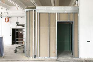 Nebenräume wurden in der Werkstatt als eingestellter Raumkörper mit gerundeter Unterkonstruktion aus Metallprofilen in Trockenbauweise erstellt