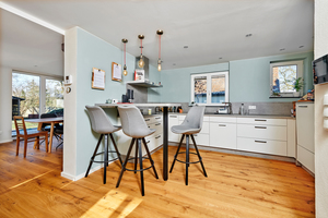 """Auch die Küche ist mit dem soliden, warmen Eichenparkett auf der Basis von """"Cement Board Floor TE"""" ausgestattet"""