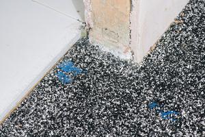 """Die Ummantelung mit Bitumen sorgt bei der """"Bituperl-Schüttung"""" dafür, dass sich die Perlit-Granulate zu einer belastbaren Fläche verkleben und verkrallen"""