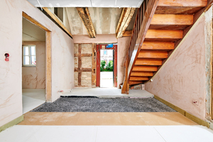 Im Eingangsbereich konnten die Treppe und viele Balken erhalten bleiben …