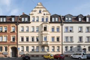 Historische Details erhalten: Die Fassaden der Straßenzüge in der ehemaligen Arbeitersiedlung wurden qualitativ hochwertig und in ihrer ursprünglichen Farbgebung saniert