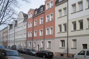 Blick in die Galvanistraße: Ganz im Sinne der historischen Farbgebung wechseln sich helle Sandsteintöne mit kräftigeren, von Mauerziegeln abgeleiteten Farbtönen ab
