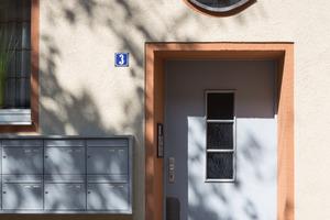 """Metallteile wie Fenster- und Gesimsbleche erhielten eine neue, besonders widerstandsfähige Lackierung mit """"2K-PUR-Acryl Seidenglanzlack 5741"""""""