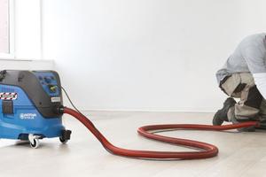 Auch bei vermeintlich ungefährlichem Schleifstaub bedarf es einer Absaugung am Werkzeug und eines Schutzes der Atemwege