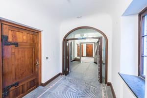 Die Zimmertüren sind aus lasierter Kiefer und haben zum Teil massiv wirkende Beschläge. Die Hoba-Türen sind aus gebeiztem und lackiertem Mahagoni. Sie wirken dagegen sehr fein und filigran