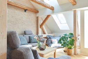 """Die Wände des lichtdurchfluteten Wohnzimmers im Dachgeschoss wurden """"Pinselputz""""-Technik gestaltet"""