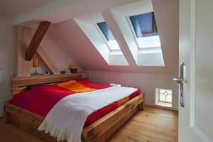 Durch außen laufende Rollläden kann ein Überhitzen des Dachgeschosses verhindert werden
