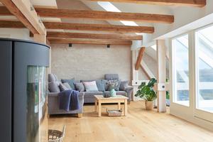 """Die Wände des lichtdurchfluteten Wohnzimmers im Dachgeschoss wurden in """"Pinselputz""""-Technik gestaltetFotos: Velux Deutschland"""