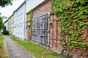 Auf der Straßenseite blieb das historische Bild mit der typischen alten Teilung der Fenster und dem grünen Putz erhalten